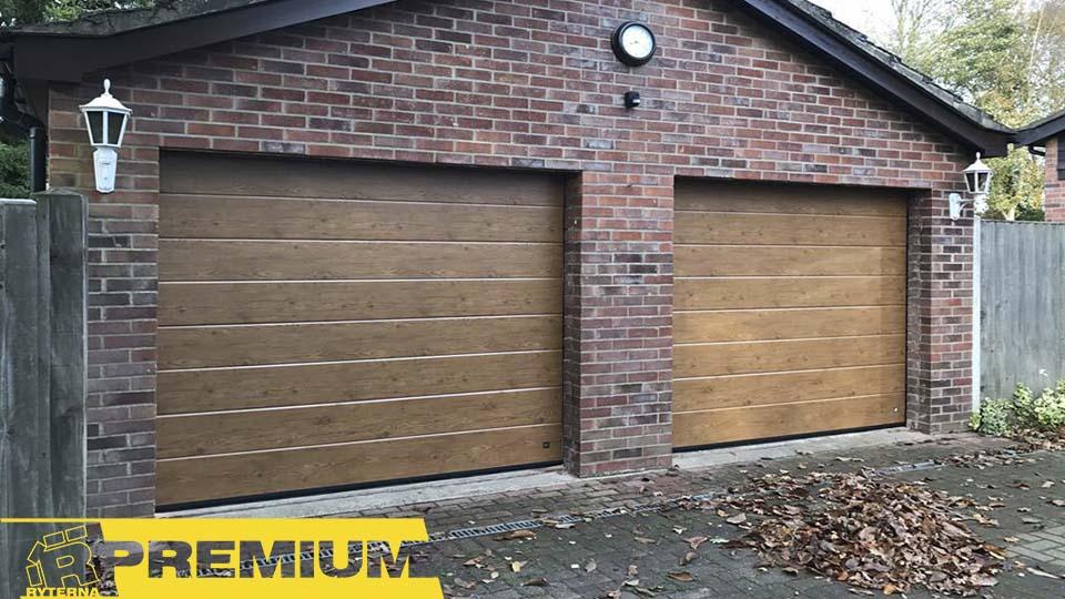 Стильные секционные ворота имитируют натуральную древесину и выглядят эффектно и на фото, и в жизни